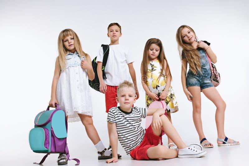 Группа в составе счастья милые и прелестные студенты назад в школу стоковая фотография rf
