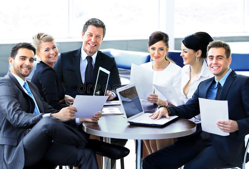 Группа в составе счастливые бизнесмены стоковое изображение rf