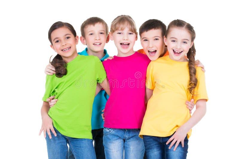 Группа в составе счастливые дети в красочных футболках стоковые фотографии rf
