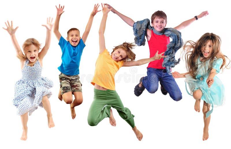 Группа в составе счастливые жизнерадостные sportive дети скача и танцуя стоковые фотографии rf