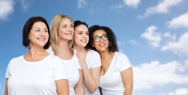 Группа в составе счастливые различные женщины в белых футболках стоковые изображения rf