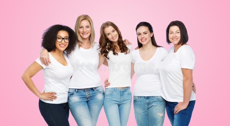 Группа в составе счастливые различные женщины в белых футболках стоковые изображения