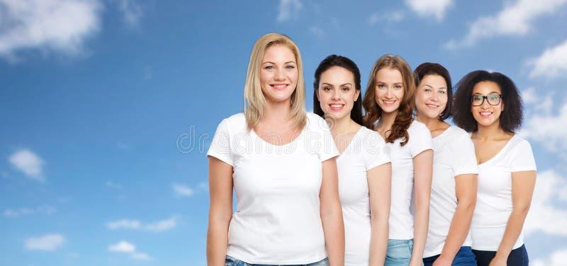 Группа в составе счастливые различные женщины в белых футболках стоковые фотографии rf