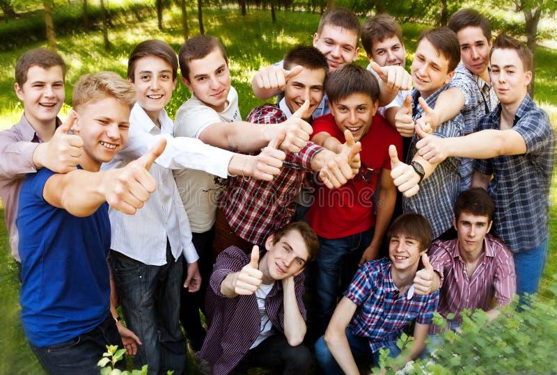 Группа в составе счастливые усмехаясь мальчики стоковые изображения rf