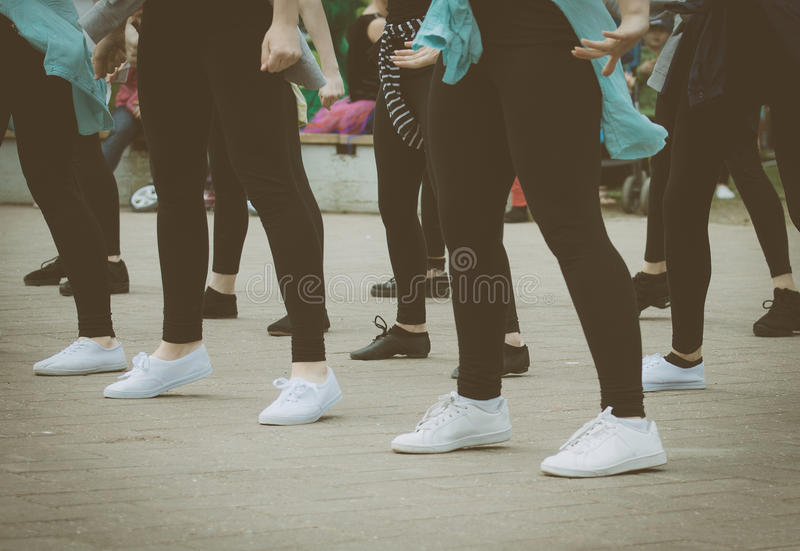 Группа в составе танцевать девочка-подростков стоковое изображение