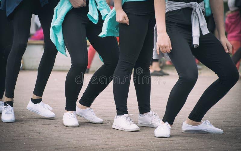 Группа в составе танцевать девочка-подростков стоковые фотографии rf
