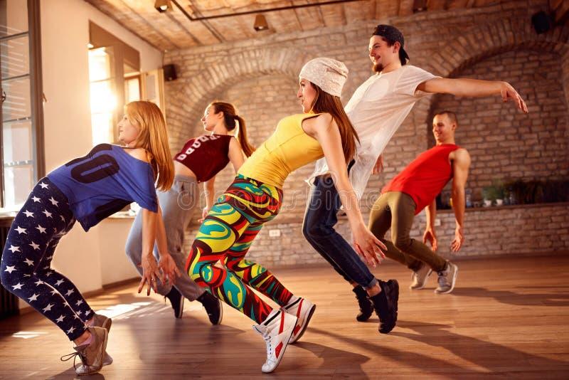 Группа в составе танцоры танцуя крытая стоковые фотографии rf