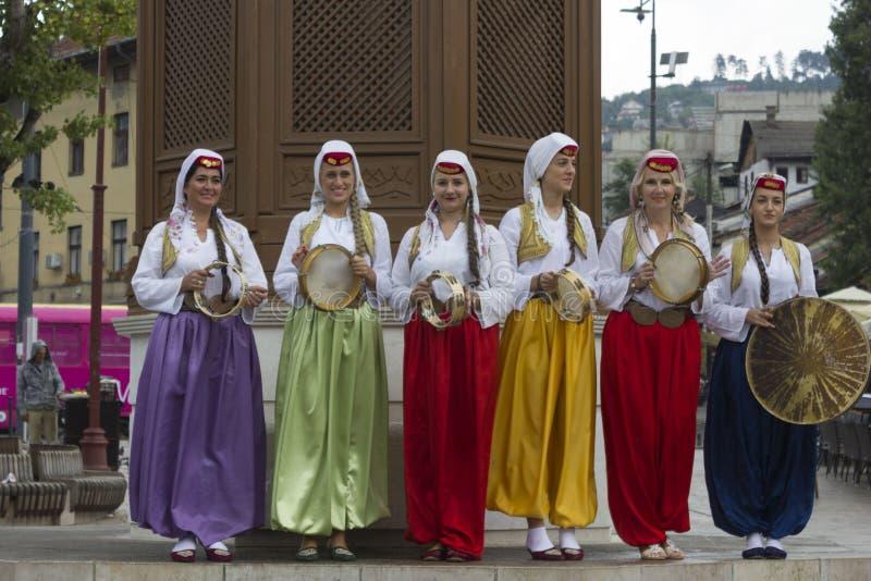 Группа в составе традиционные одетые боснийские девушки стоковая фотография