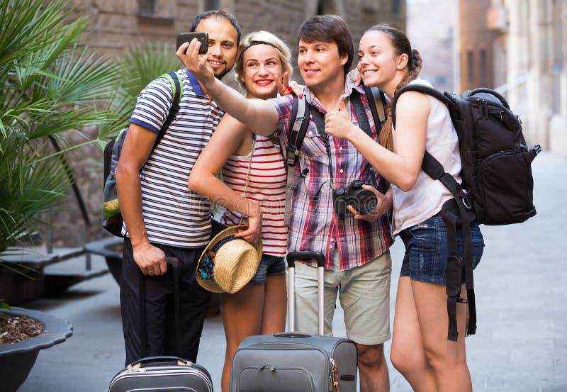 Группа в составе туристы делая selfie стоковое изображение rf
