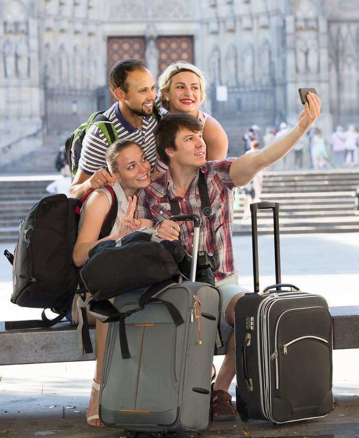 Группа в составе туристы делая selfie стоковые фото