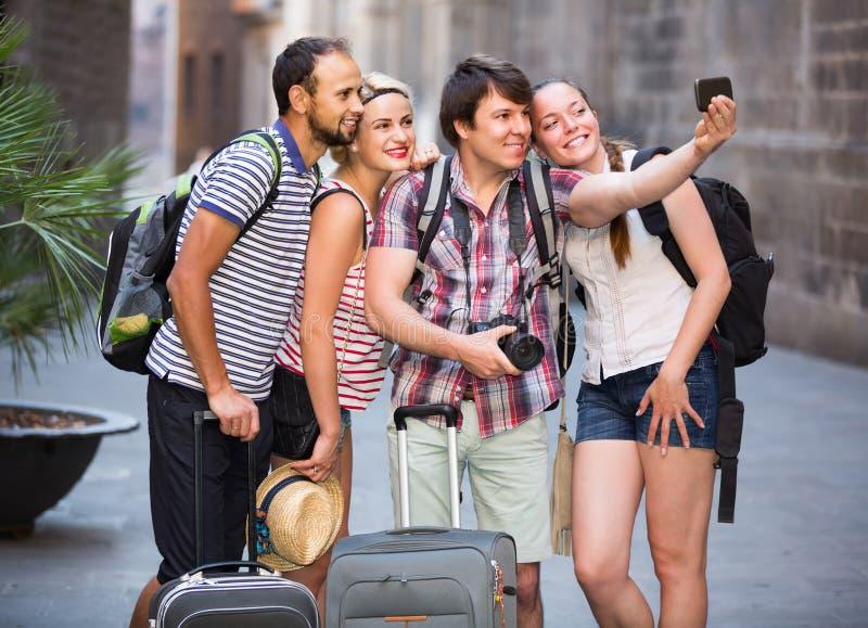 Группа в составе туристы делая selfie стоковое изображение