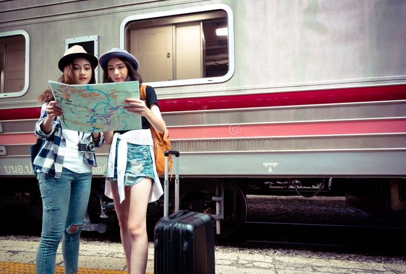 Группа в составе туристы смотря карту стоковые фотографии rf
