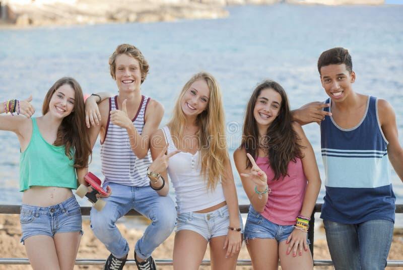 Группа в составе уверенно подросток стоковое изображение rf