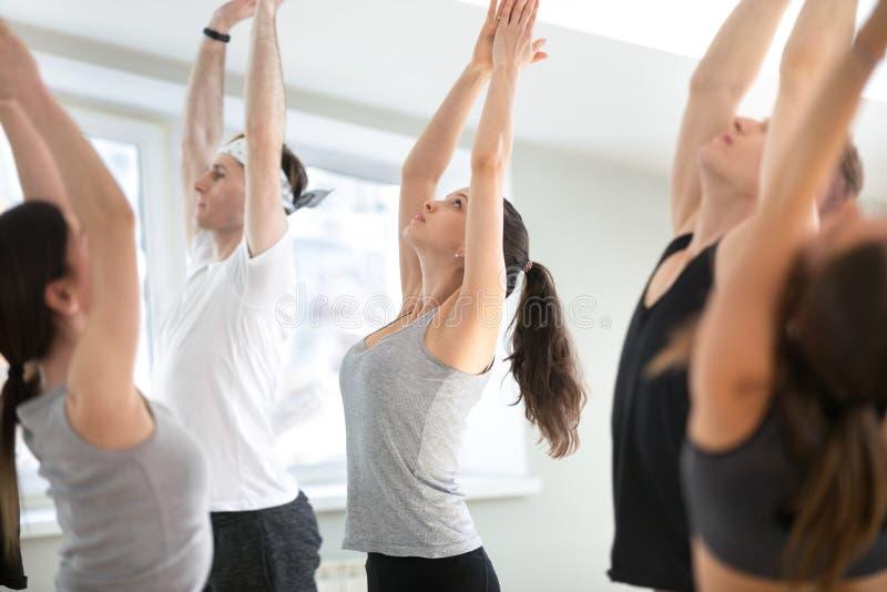 Группа в составе урок йоги молодых sporty людей практикуя, гора po стоковое фото rf