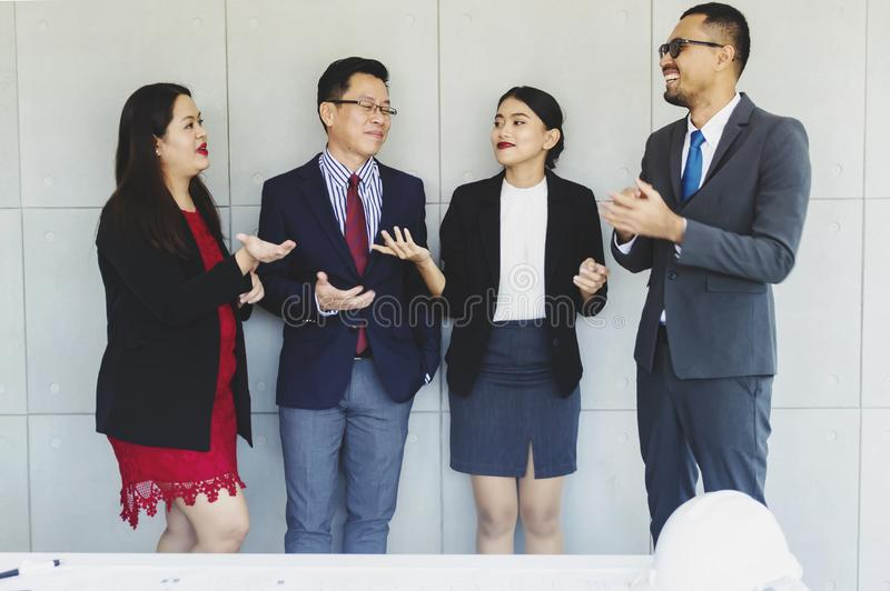 Группа в составе успешные бизнесмены счастливые стоковые фото
