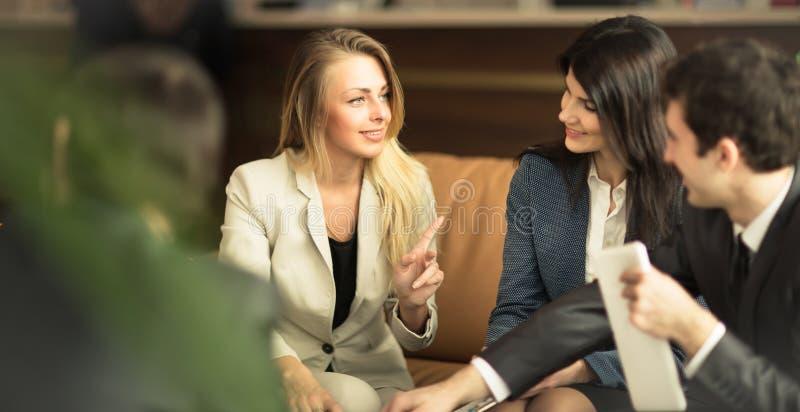 Группа в составе успешные бизнесмены стоковое изображение rf
