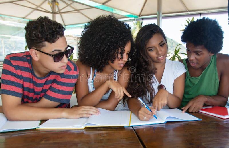 Группа в составе учить международных студентов стоковое изображение rf