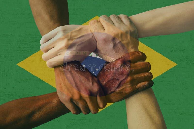 Группа в составе флага Бразилии многокультурная молодые люди разнообразия интеграции стоковые фото