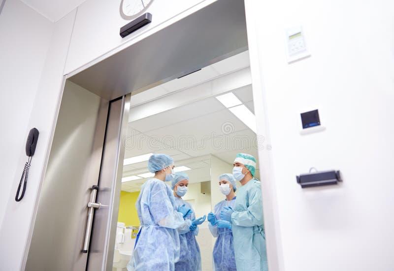 Группа в составе хирурги в операционной на больнице стоковая фотография