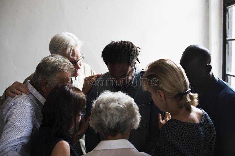 Группа в составе христианские люди молит совместно стоковые изображения rf