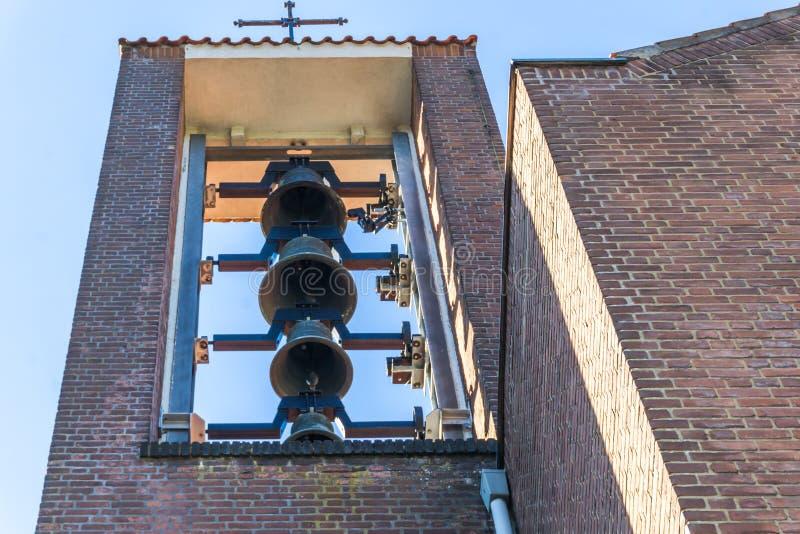 Группа в составе церковные колокола вися в башне церков для звенеть стоковые фото