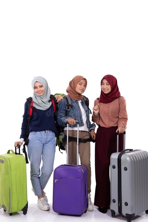 Группа в составе чемодан удерживания путешественника hijab и стоя сумка нося стоковая фотография