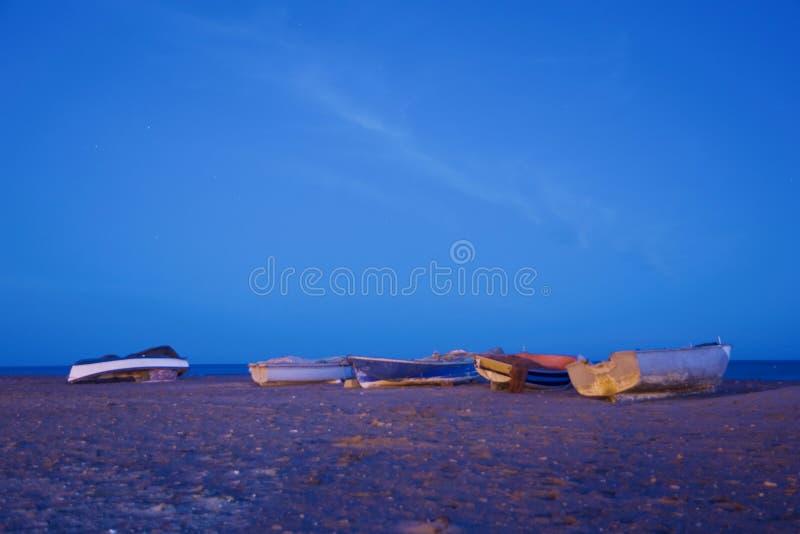 Группа в составе шлюпки на seashore стоковые изображения
