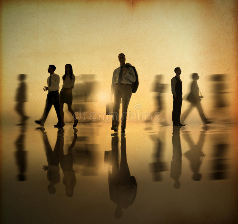 Группа в составе люди мира дела идя стороной в заходе солнца стоковая фотография