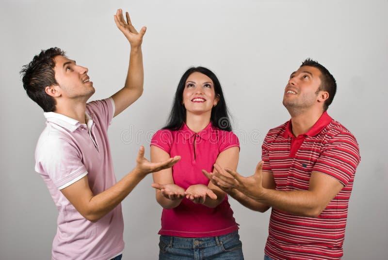 Группа в составе 3 люд улавливая что-то стоковое изображение rf