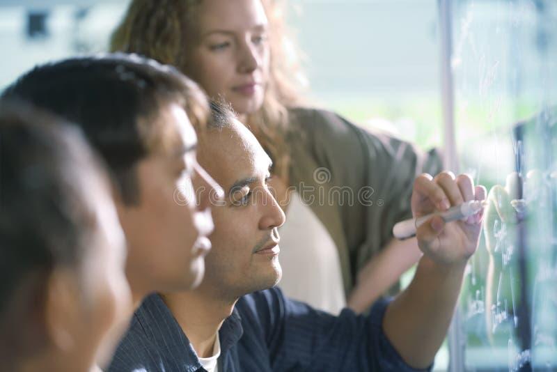 Группа в составе businesspersons обсуждая работу стоковые фотографии rf