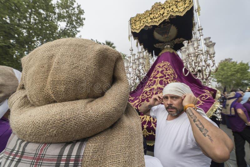 Группа в составе costaleros во время шествия святой недели стоковые изображения