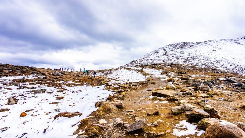 Группа в составе Hikers возглавляя до верхней части Whistlers, около городка яшмы стоковое изображение rf