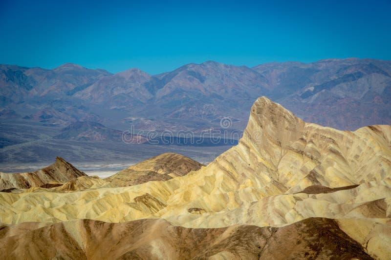 Группа в составе locals и турист наслаждаясь днем голубого неба в национальном парке Death Valley стоковая фотография