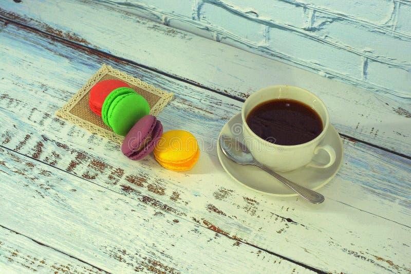Группа в составе macaroon на салфетке и чашка черного кофе : стоковые изображения