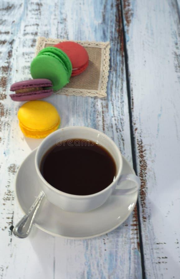 Группа в составе macaroon на салфетке и чашка черного кофе : стоковая фотография rf