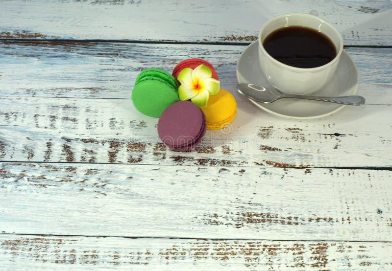 Группа в составе macaroon на салфетке и чашка черного кофе : стоковые фотографии rf