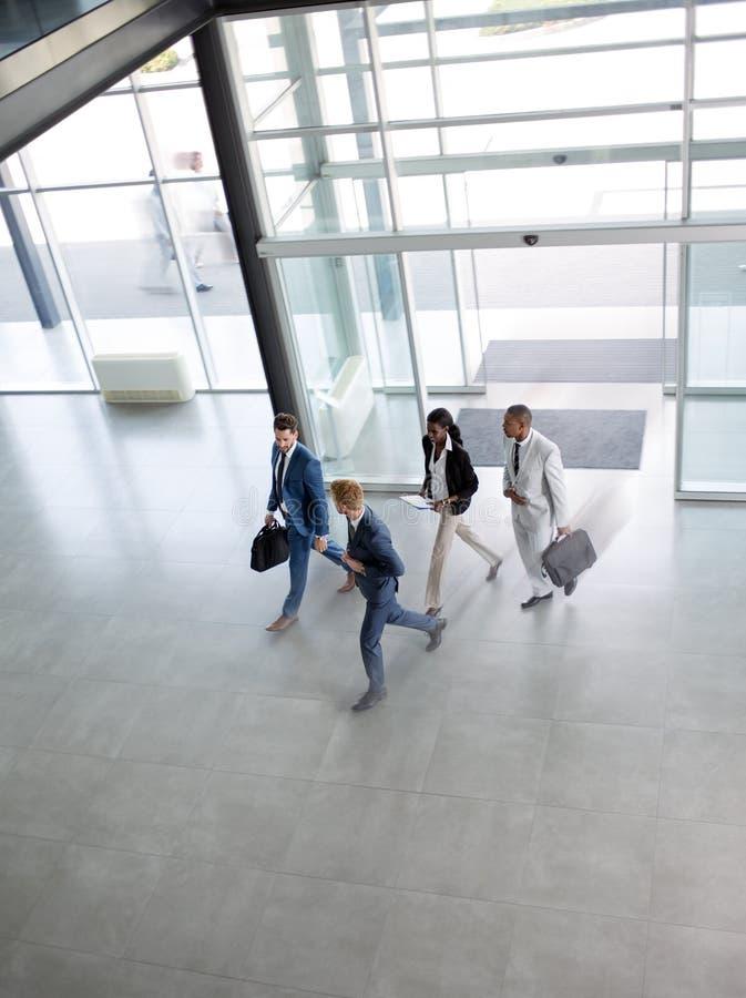 Группа в составе multi этнические бизнесмены на пути в здании стоковая фотография