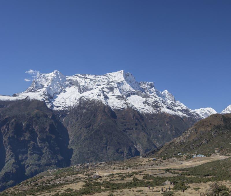 Группа в составе trekkers на холме и саммиты Гималаев около Namche Baz стоковые фотографии rf