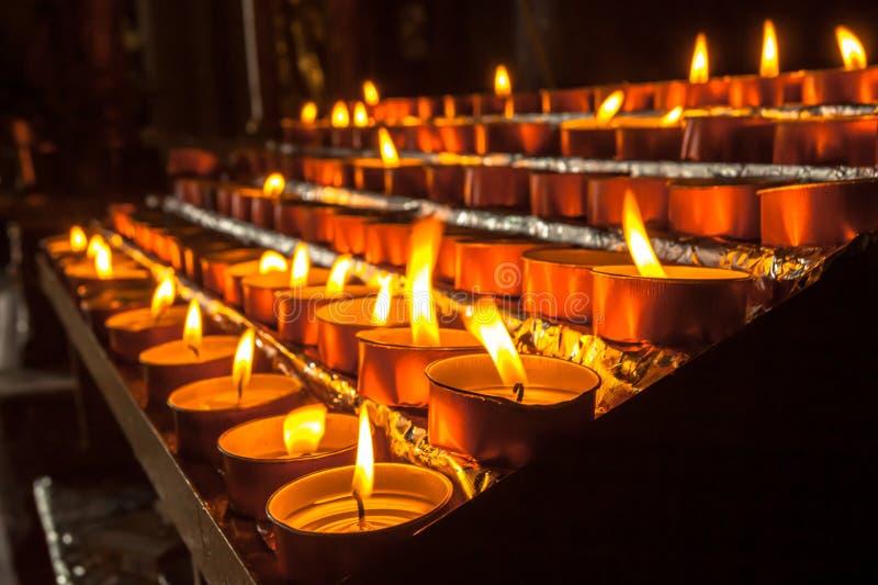 Группа в составе Votive свеча в церков стоковые изображения
