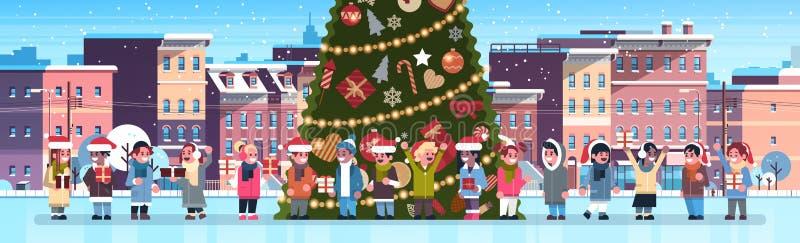 Группа детей гонки смешивания около украшенного здания города ели расквартировывает новое веселого рождества городского пейзажа у бесплатная иллюстрация