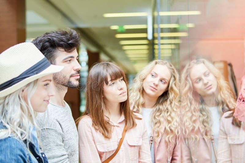 Группа друзей, которые вместе ходят по магазинам стоковое фото rf