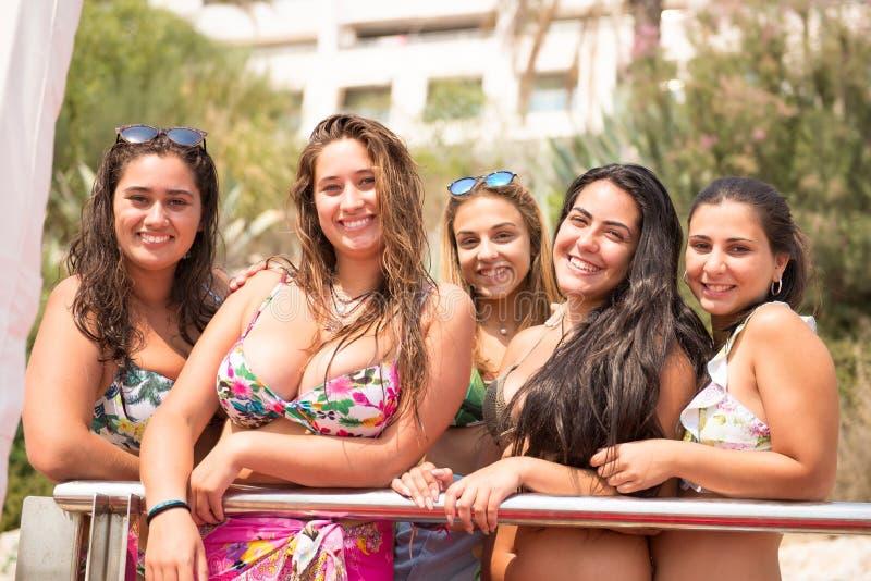 группа друзей пляжа стоковые изображения rf
