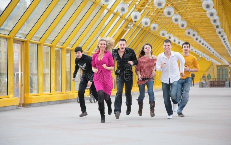 группа друзей footbridge бежит желтый цвет стоковые изображения