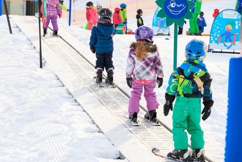 Группа идет вверх в первый раз кататься на лыжах стоковые изображения