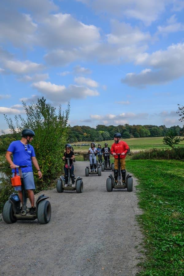 Группа и инструктор наслаждаясь segway опытом на парке страны Hainault стоковое изображение rf