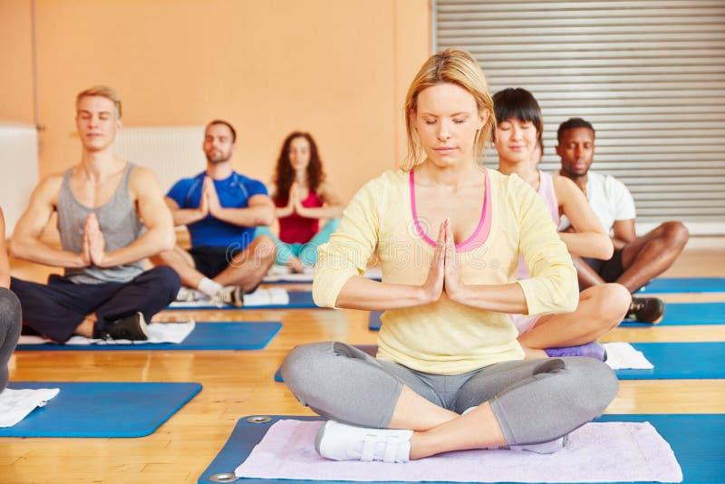 Группа йоги во время тренировки раздумья стоковая фотография