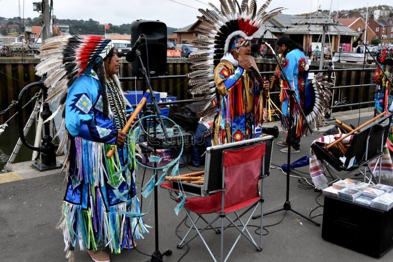 Группа коренного американца племенная играя музыку стоковые фотографии rf