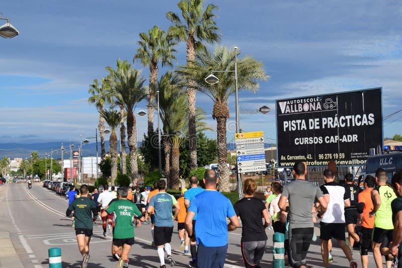 Группа людей бежать идущая гонка в течение дня стоковые фото