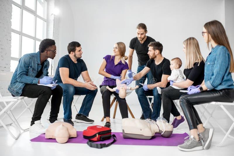 Группа людей во время тренировки скорой помощи стоковые изображения