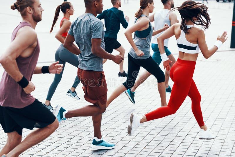 Группа людей в одежде спорт стоковое фото rf